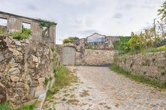 Gammal övergiven husbyggnad fördärvar vägen för vägen för banan för mosaiken för tegelplattan för fasaden för arkitektur för sten Royaltyfri Foto