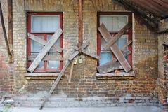 Gammal övergiven hustegelstenvägg Royaltyfria Bilder