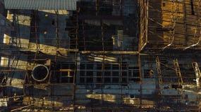 Gammal övergiven industribyggnad från över Arkivfoto