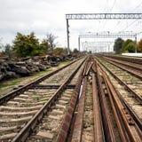 Gammal övergiven järnväg, brutna stänger, brutna längsgående stödbjälke Royaltyfri Foto