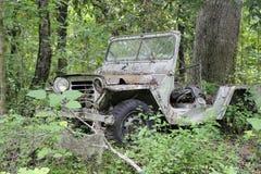 Gammal övergiven jeep Arkivbilder