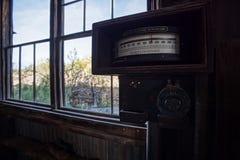 Gammal övergiven maktmeter på gamminspökstaden royaltyfri fotografi