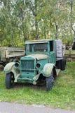 Gammal övergiven rostad grön lastbil royaltyfria bilder