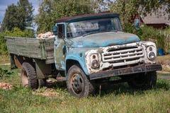 Gammal övergiven rostig grungebil Arkivbilder
