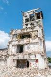 Gammal övergiven smutsig comunismfabriksbyggnad under rivning Arkivbild