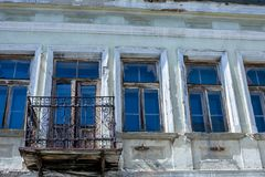 Gammal övergiven terrass med det metalliska staketet fotografering för bildbyråer
