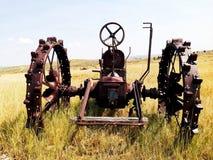 Gammal övergiven traktor Arkivfoto