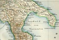 Gammal översikt från den geografiska kartboken 1890 med ett fragment av Apenninesen, italiensk halvö Sydliga Italien Golf av Tara Royaltyfri Bild