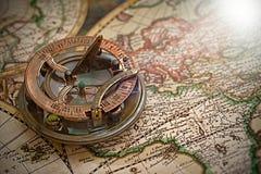 Gammal översikt, kompass, navigering och geografi arkivbilder