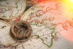 Gammal översikt, kompass, navigering och geografi royaltyfri foto