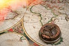 Gammal översikt, kompass, navigering och geografi arkivfoto