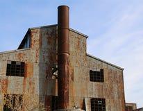 gammal abbandoned fabrik med den höga lampglaset Royaltyfri Foto