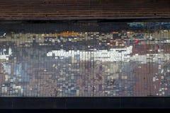 Gammal abstrakt färgrik fyrkantig PIXELmosaikbakgrund på väggstr royaltyfri fotografi