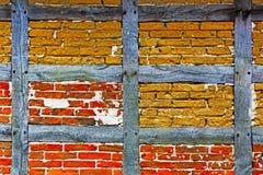 Gammal Adobe- och tegelstenvägg av det halva timrade huset Fotografering för Bildbyråer