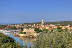 Gammal adriatic town av Krk strand Royaltyfria Bilder