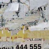 Gammal affischtavla med sönderriven pappers- affischtextur eller lodlinjebaksida royaltyfria foton