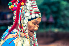 Gammal Akha kvinna i Thailand Royaltyfria Foton