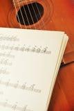Gammal akustisk gitarr Fotografering för Bildbyråer