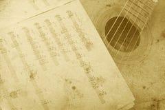 gammal akustisk gitarr Arkivbilder
