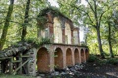 Gammal akvedukt som byggs av tegelsten Arkivfoto