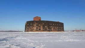 Gammal Alexander I för fort`-kejsare ` i vattnet av djupfrysta Kronstadt Solig vinterdag Ryssland lager videofilmer
