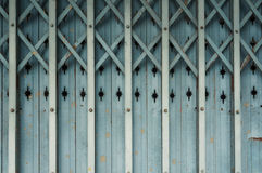Gammal Aluminium hopfällbar dörr Arkivbilder