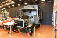 Gammal ambulans i det Koc museet Arkivbild