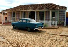 Kolonialt hus i Trinidad med den gammala amerikanbilen Arkivbilder