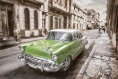 Gammal amerikansk bil på havannacigarren Royaltyfria Foton