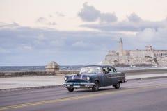 Gammal amerikansk bil som den kollektiva taxien, havannacigarr Fotografering för Bildbyråer