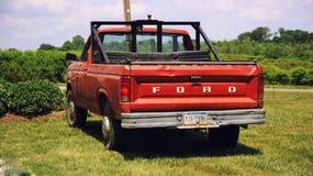 Gammal amerikansk lastbil för tappning arkivbild