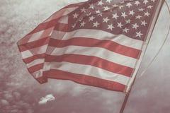Gammal amerikanska flagganbakgrund för 4th Juli eller beroendedag, effekt vid tappningstilsignal Arkivfoto
