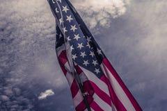 Gammal amerikanska flagganbakgrund för 4th Juli eller beroendedag, effekt vid tappningstilsignal Royaltyfria Bilder