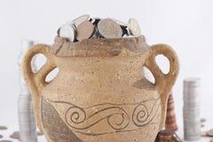 Gammal amphora med mynt Royaltyfria Bilder