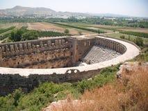 Gammal ampitheatre i den turkiska bygden Arkivfoto