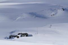 Gammal antarktisk forskningstation i vinterdag Royaltyfri Foto