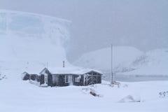Gammal antarktisk forskningstation under ett snöfall Royaltyfri Fotografi