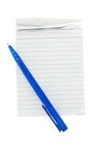 Gammal anteckningsbok med pennan på vit bakgrund Arkivbild