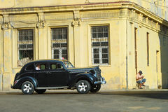 Gammal antik bil på den gamla gatan av havannacigarren Royaltyfria Foton