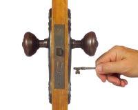 Gammal antik dörr som är öppen med skelett- tangent. Arkivfoton