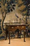 Gammal antik europeisk lowboy skänk mot periodgobelängen arkivbild