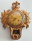 Gammal antik klocka med den guld- prydnaden royaltyfri foto