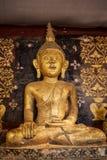Gammal antik staty av Buddha i ett tempelrum thailand Royaltyfria Bilder