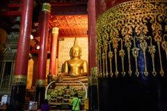 Gammal antik staty av Buddha i ett tempelrum thailand Arkivbilder