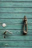 Gammal antik trädörr med den nostalgiska dörrknackaren med skurk- bevekelsegrund royaltyfri fotografi
