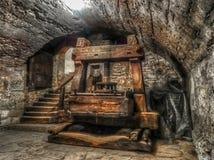 Gammal antik träpress i en välvd källare royaltyfri foto