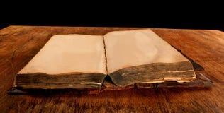 Gammal antikvitet öppnad bok på tabellen Royaltyfri Fotografi