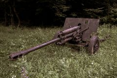 Gammal använt krig för tappning dekorativ militär kanon arkivbild