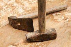 Gammal använd hammare och adze Arkivbilder
