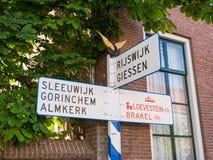 Gammal ANWB-vägvisare i Woudrichem, Nederländerna Fotografering för Bildbyråer
